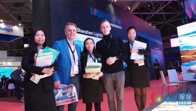 荷兰ISE展会现场海外销售业务人员和客户合影